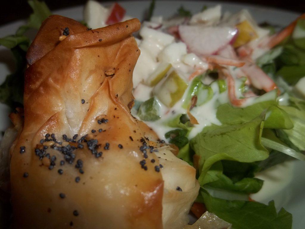Croustillant de fromage de chèvre frais sur Mesclun et sa vinaigrette yogourt et lime