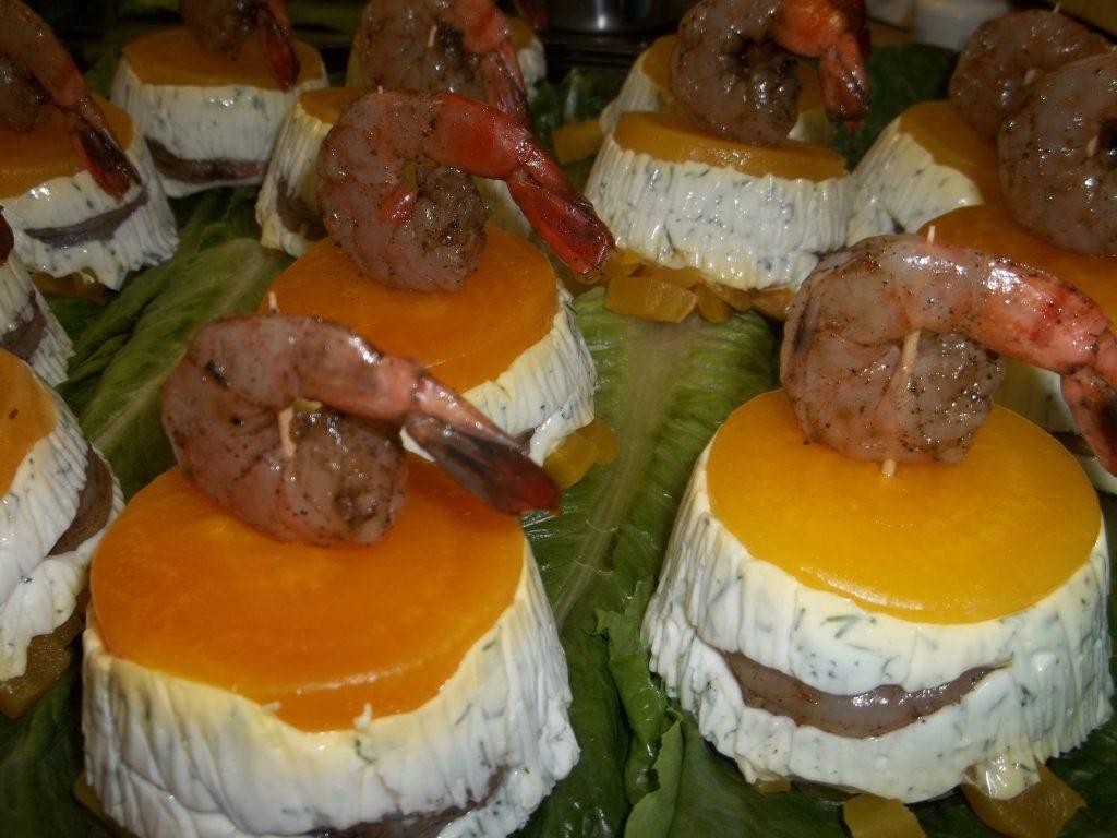Mousse de yogourt à l'aneth et betteraves jaunes braisées, crevettes pochées au thé Pu-ehr